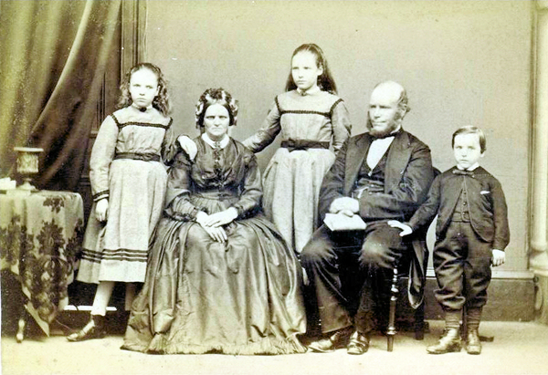 An unknown Inverclyde family photographed by James Paton.