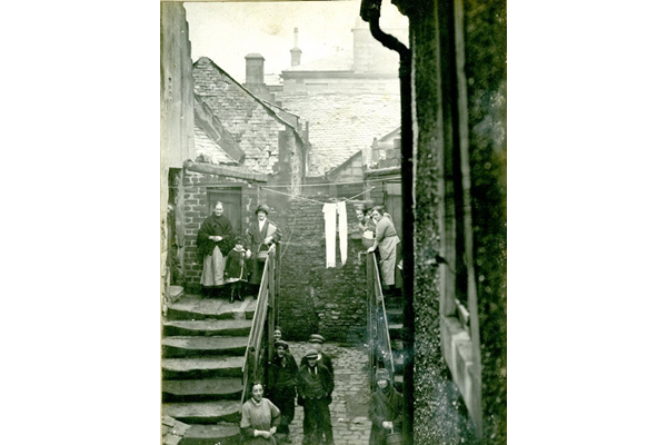 Families at the back court at 24 Church Street, Port Glasgow. - 2009.98.42 - © McLean Museum and Art Gallery, Greenock