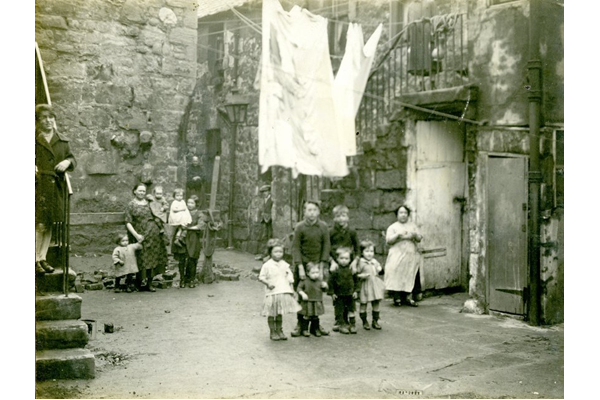 Families in the court at 42 King Street, Port Glasgow - 2009.98.44 - © McLean Museum and Art Gallery, Greenock